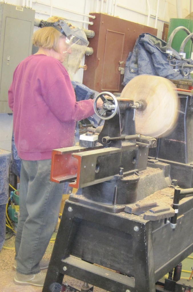 Lynda Smith-Bügge working at the lathe