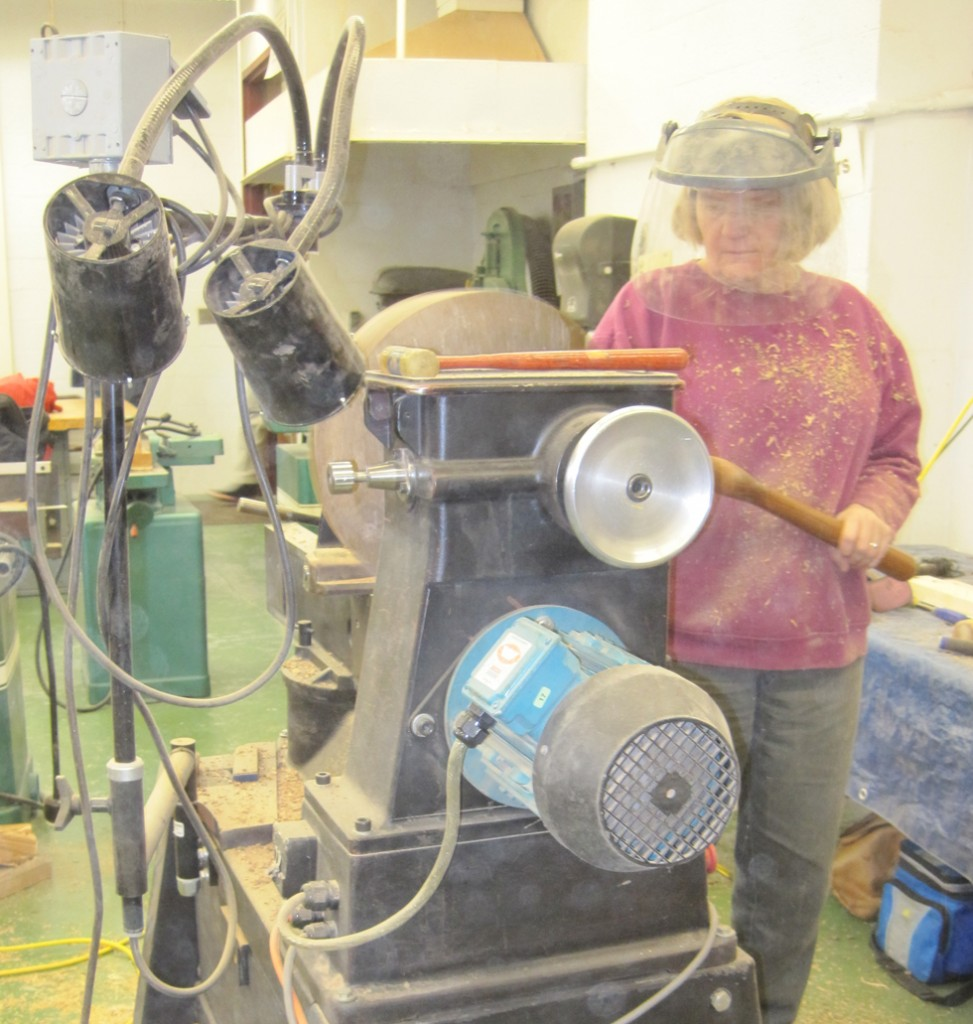 Lynda Smith-Bügge at lathe
